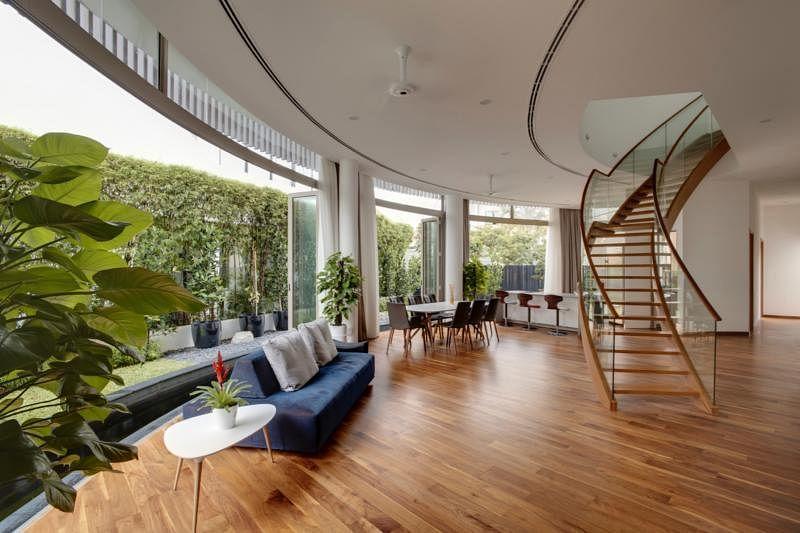 开放式的客厅、饭厅以及厨房,推开折叠门就是鲤鱼池。