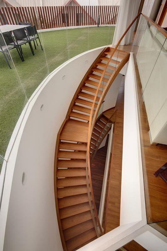房子里里外外的楼梯在设计上都保持一致的主题,都呈弧形设计。