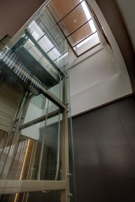 房子的三层楼有电梯衔接,不想走弧形楼梯,可搭电梯,上下方便。