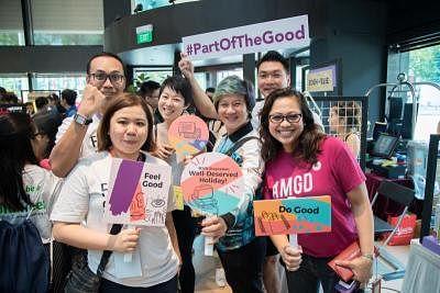 """在去年的""""FestivalForGood""""活动上,本地社会企业家AMGD健康餐饮互联网外卖平台联合创办人Rita Zahar(右)与77th Street 服饰店创办人周士锦(右二),连同新加坡社会企业中心的职员一起合影。"""