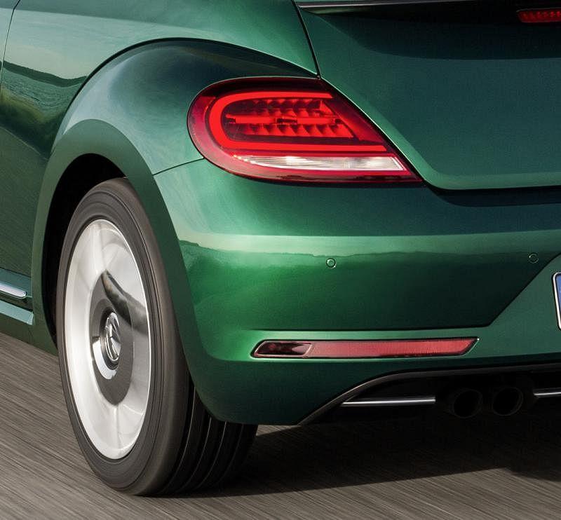 一对看似椭圆却有方角的尾灯紧贴后备厢门,成为车屁股的主要特征,尾部的保险杠也经过重新设计。