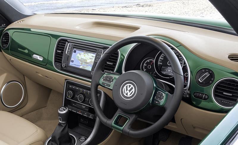 甲壳虫的车室采用烤漆饰板,前座储物格的设计,带有上世纪车子内部的浓烈感觉,很有复古味道。