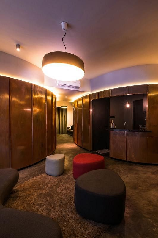 既然威士忌酒吧是这公寓的设计灵感之一,厨房入口处自然要专为男主人设置一个酒吧。