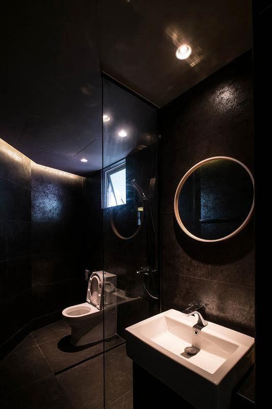 为呼应铜墙,设计团队特别选用金属质感的瓷砖来铺卫浴间的墙。