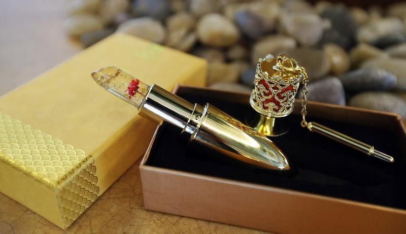 果冻口红很梦幻,透明色泽可看到小花与片片金箔,附带一支涂口红棒。