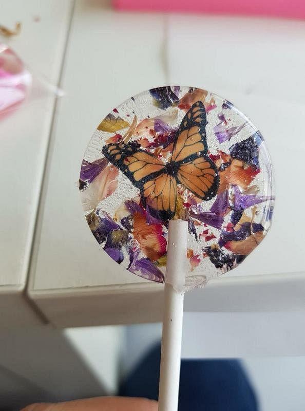 化妆师叶蓉也是手作导师,亲子工作坊的手作棒棒糖,以甜菜为成分。(受访者提供)