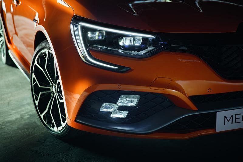 车灯—锐利的C形日间行车灯,搭配前保险杠两侧的三点式LED雾灯,设计动感十足。