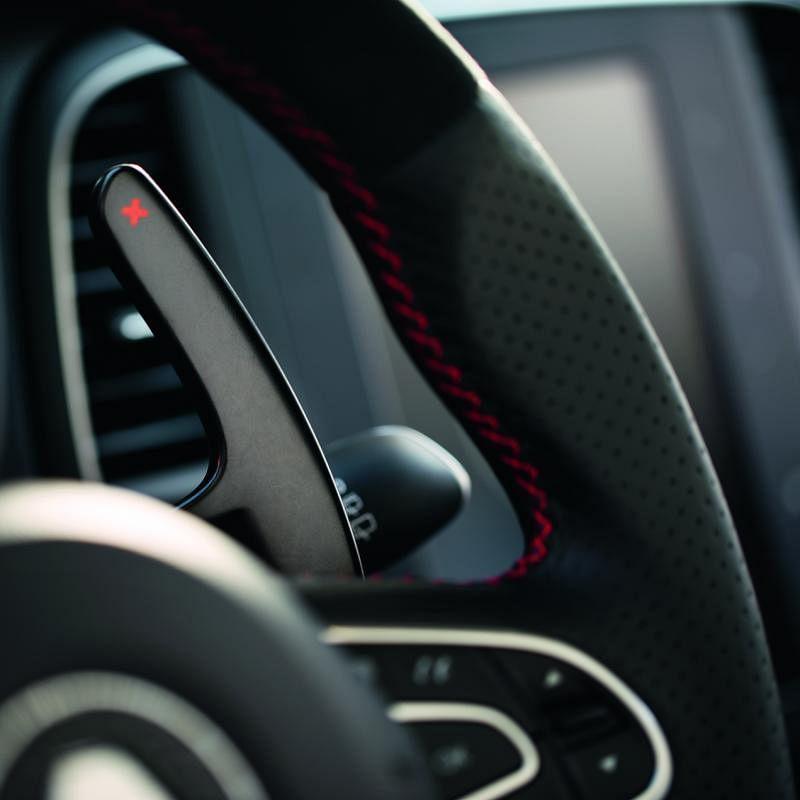 换挡拨片—方向盘后方的换挡拨片让驾驶者更加容易换挡,增加这辆小钢炮的驾驶乐趣。