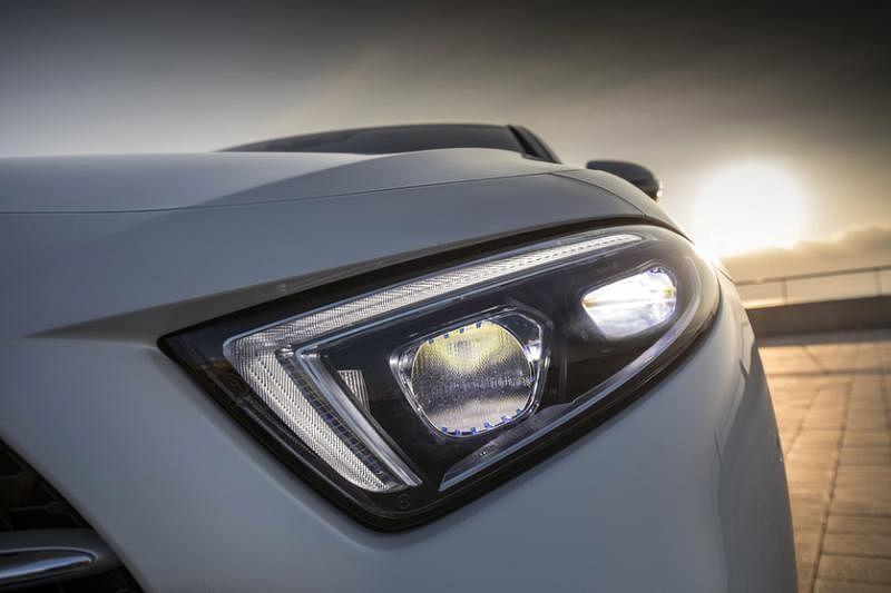 低阔近乎三角形的车头灯在视觉上相当有架势。