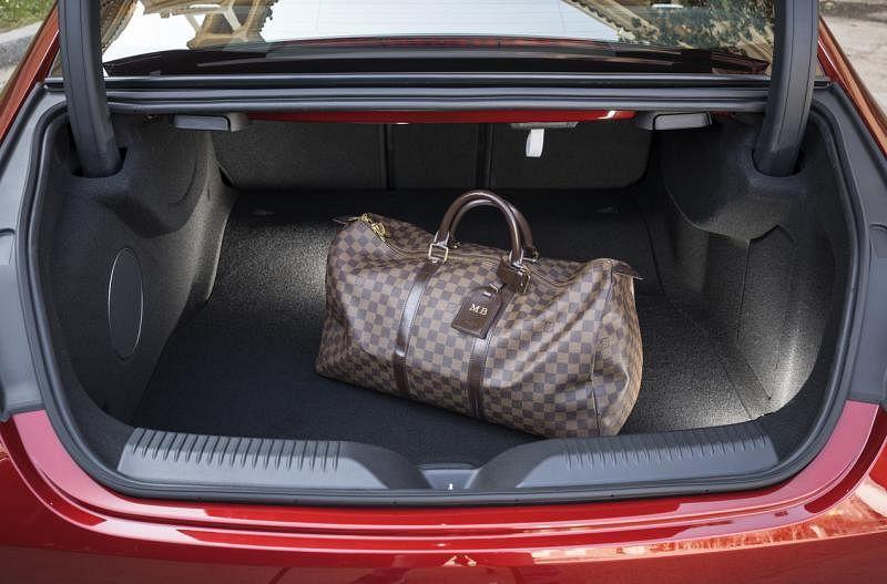 行李厢有520升的大容量,必要时可以折叠后座靠背增加空间。