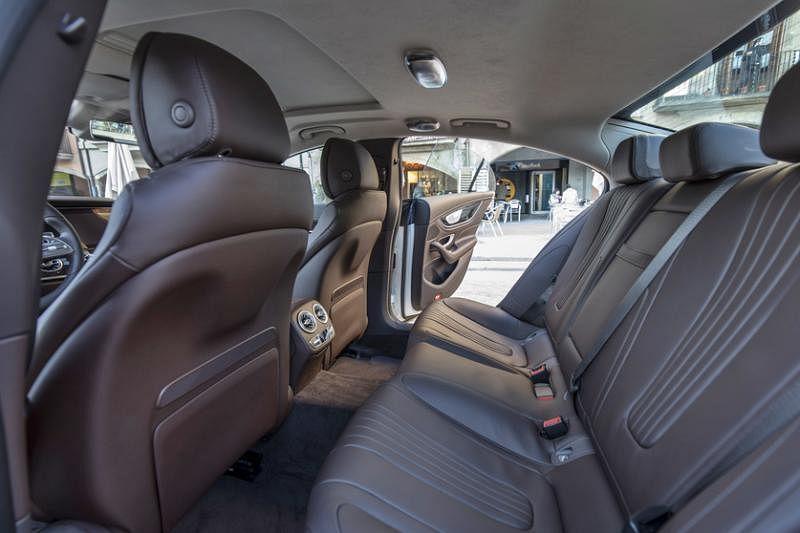 车内空间相比上一代,拉长的轴距与增加的车身长度,都让车内空间更宽敞。