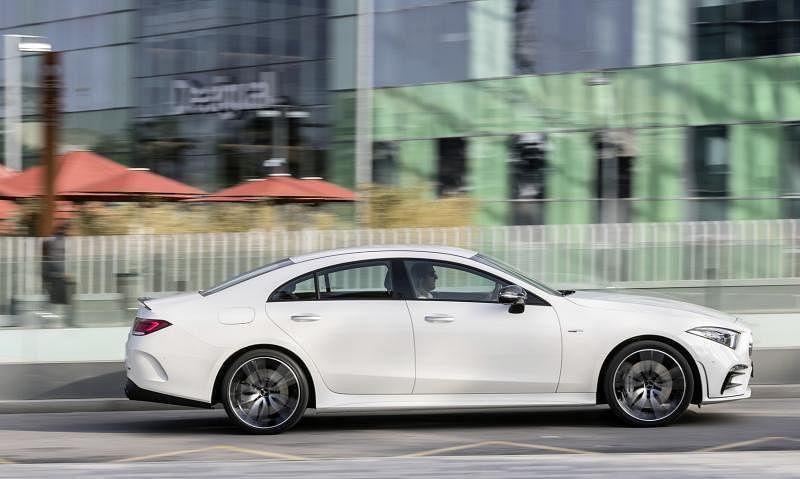 高身拱形腰线的车侧,以及无框侧窗的低身车厢,令全车外观的运动感十足。