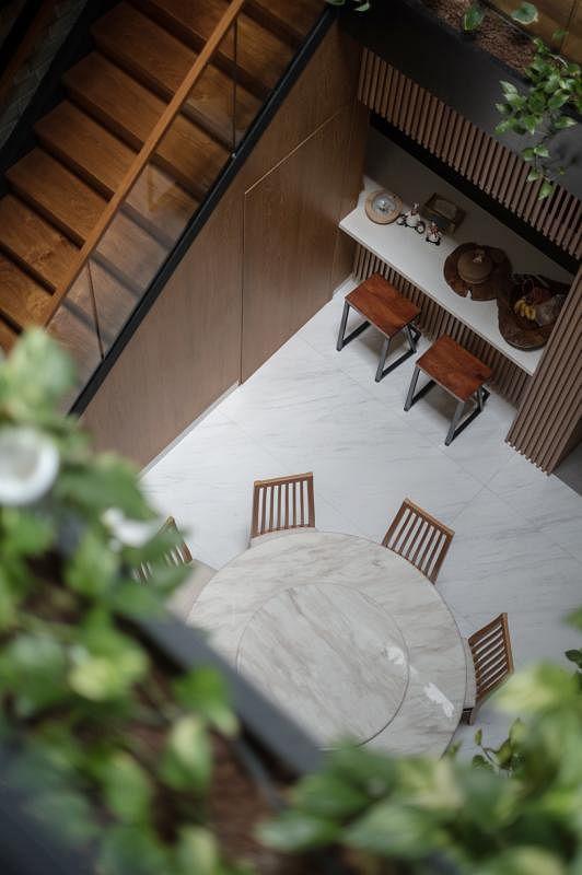 通往二楼的楼梯下隐藏一个斗室。