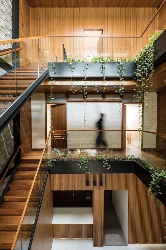 二三楼走廊环绕天井而建,让走动的空间变成可能实用的骑楼。