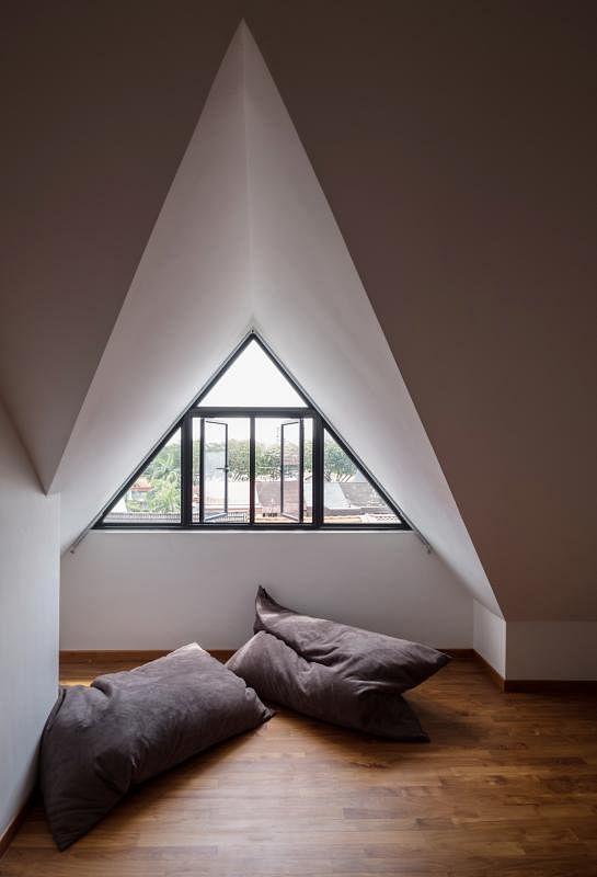 顶层阁楼前方使用斜尖屋顶,打造出一个温馨舒适的私密客房。