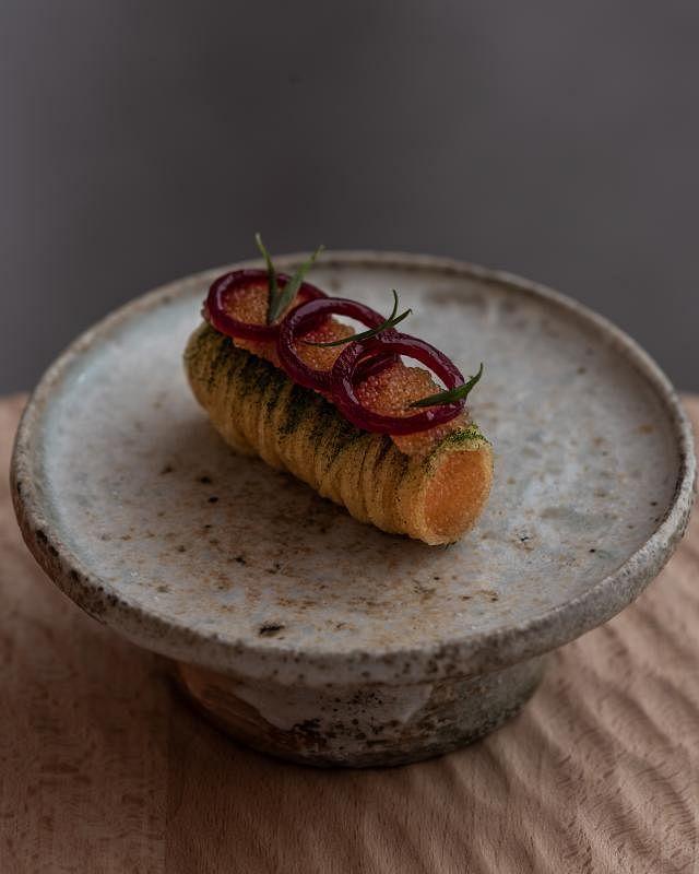 瑞典口味的欧白鲑(vendace)鱼子酱,腌制的红洋葱增添甜美滋味。