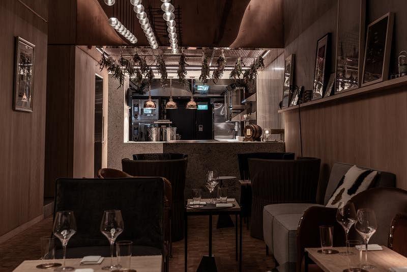 踏入餐馆底层,看到开放式厨房,感觉像是进入了友人的客厅,设计走北欧简约风情,感觉身心放松。