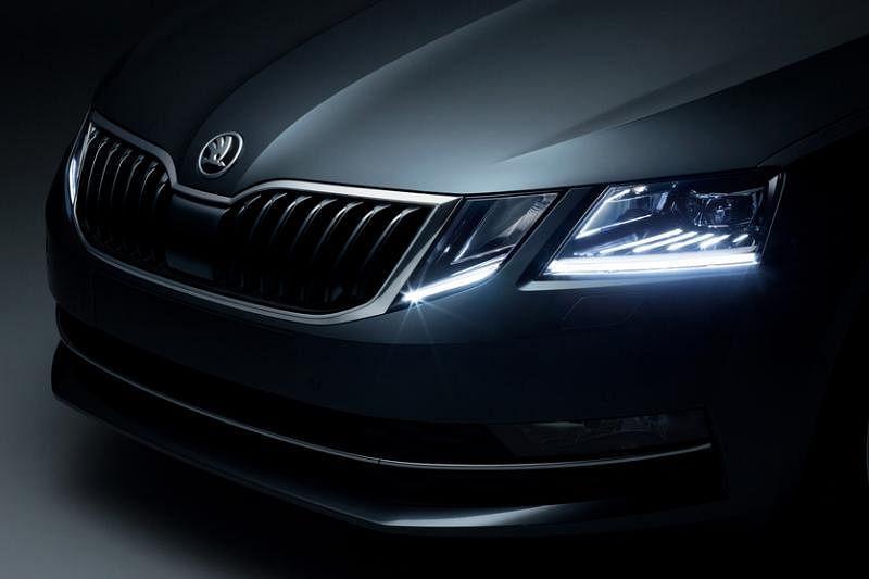 新车有分离式头灯设计,正前方是一对崭新的四头灯。