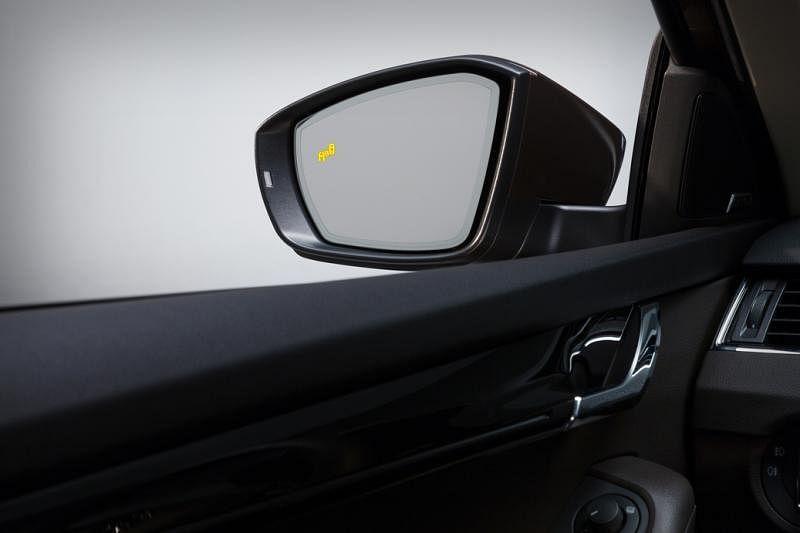 两侧望后镜有警示灯显示靠近的车子。