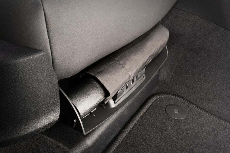 新一代Octavia将折叠伞收纳进前乘客座椅下方。
