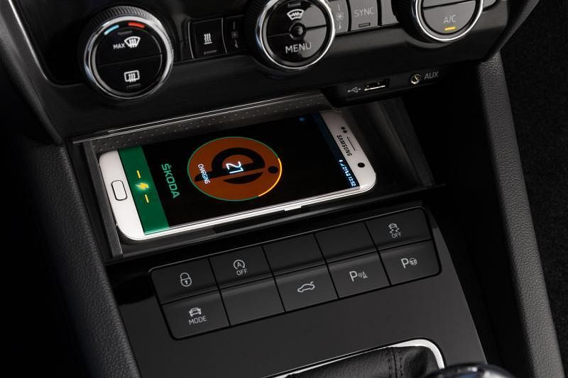 车室备有智能手机无线充电器。