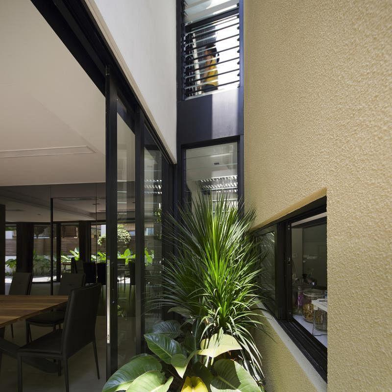 楼塔与原屋之间的缝隙变成连接两个空间的小庭院。