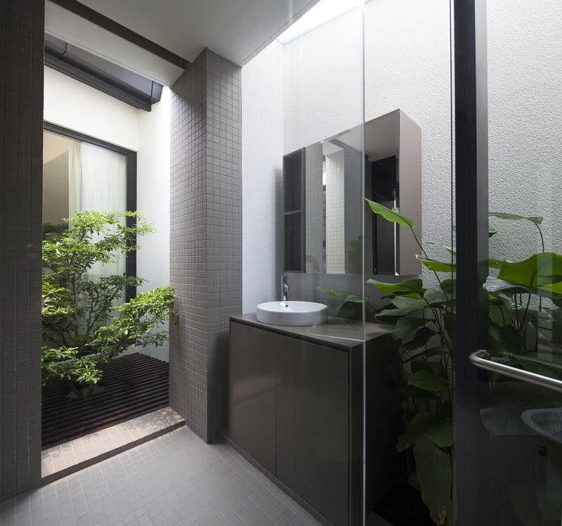 主卧室的卫浴间也移入新楼塔,天窗引进阳光突显小庭院绿意。