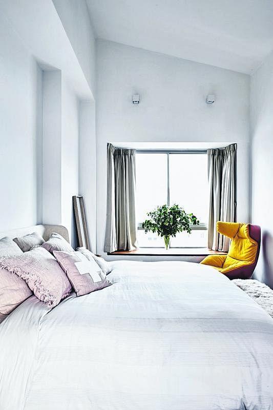 主人房简洁明亮,充满阳光,特别的是天花板也是倾斜式的。