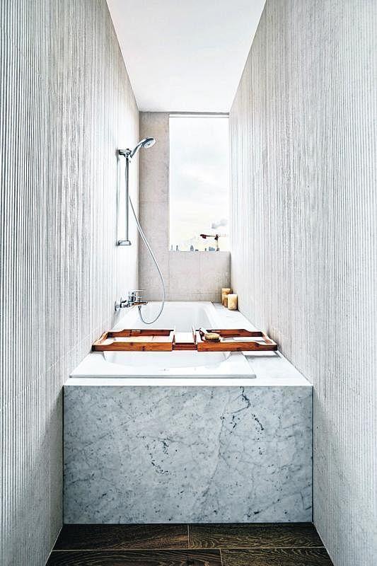 通透的浴缸不仅可看见外面的世界,也将室外的世界带进来。