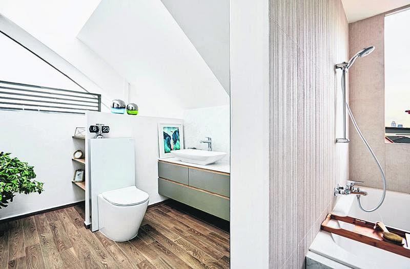 花最长时间装修设计的楼上开放式浴室和厕所,有倾斜式玻璃天花板可将阳光引进。