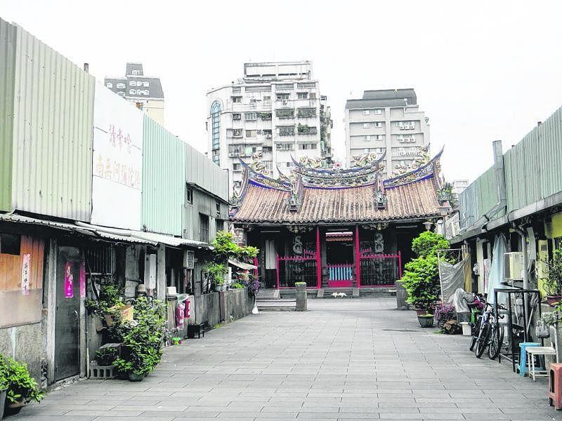 艋舺清水岩,寺庙前面的小空间是电影搭景的地方。