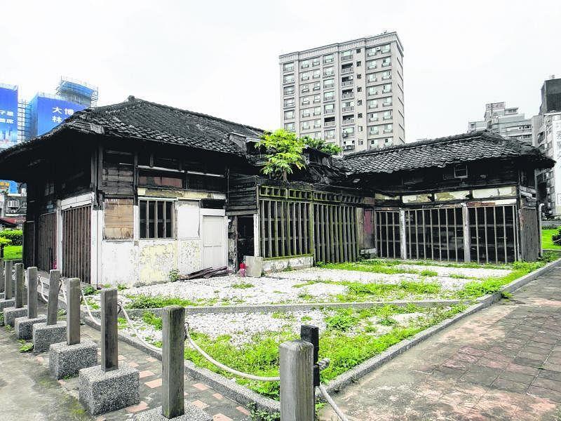 不经意间来到一个广场,繁华闹市中残余着几座日式建筑遗迹。