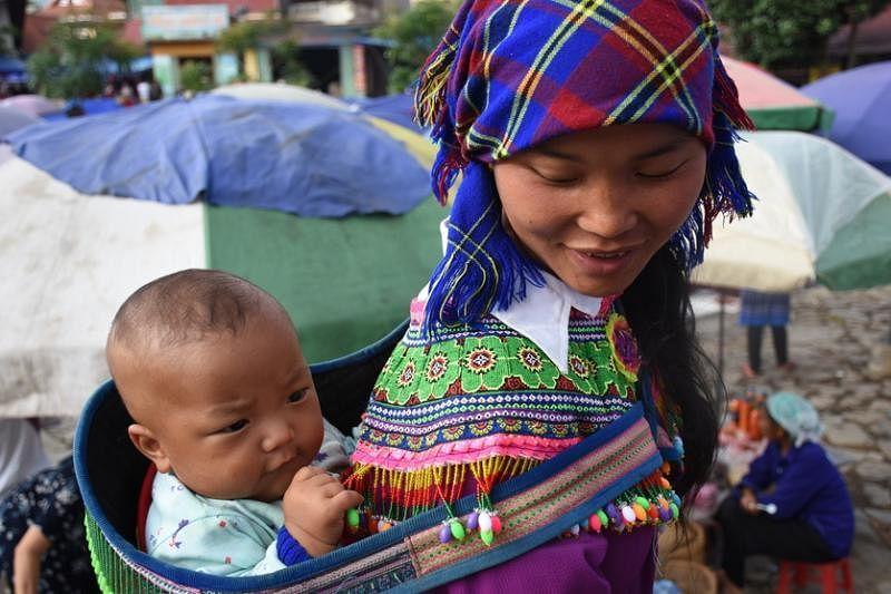 山区女孩是家里的小当家,年纪轻轻已为人母。