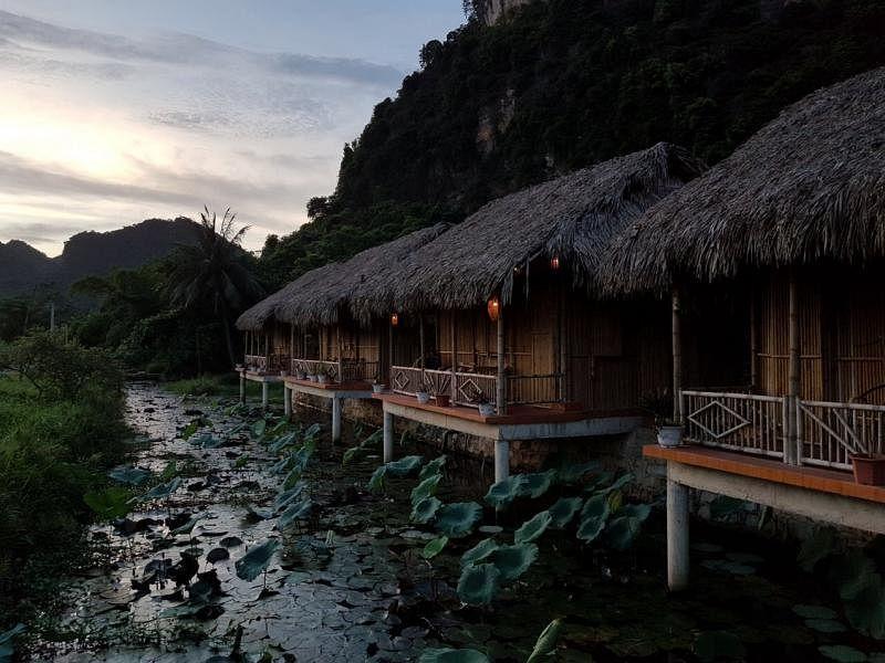 黑蒙族茅舍旅店枕河而建,黄昏时分灯笼亮起,蚊声成雷。
