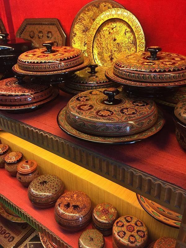 漆器深入缅甸民间,糖果盒、托盘,十二生肖和佛教故事是主要图案纹饰。(余云摄)