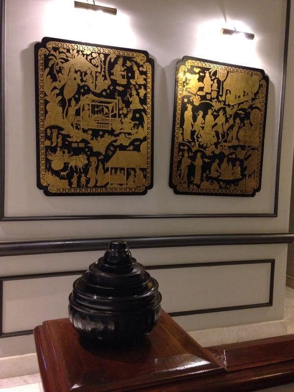 仰光斯特兰德酒店的黑底金色漆器挂饰与摆设品。