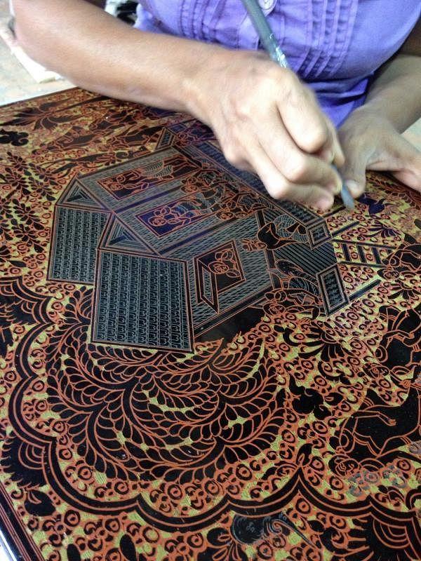 在蒲甘漆器作坊,工匠每层刻画纹样,覆盖漆彩后再磨平,纹样层次丰富。