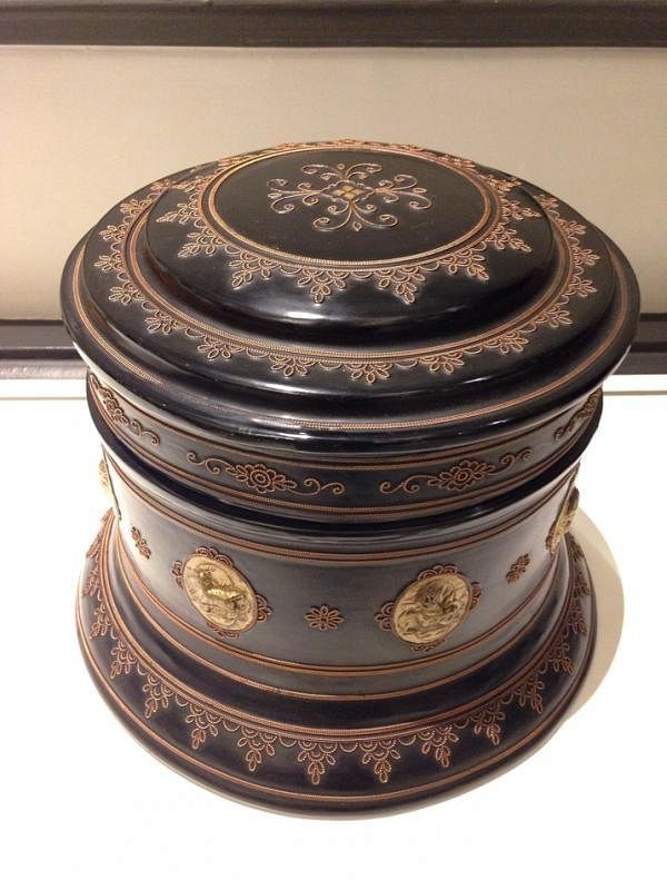 仰光斯特兰德酒店摆设的黑底金纹漆器盒,高贵大方。