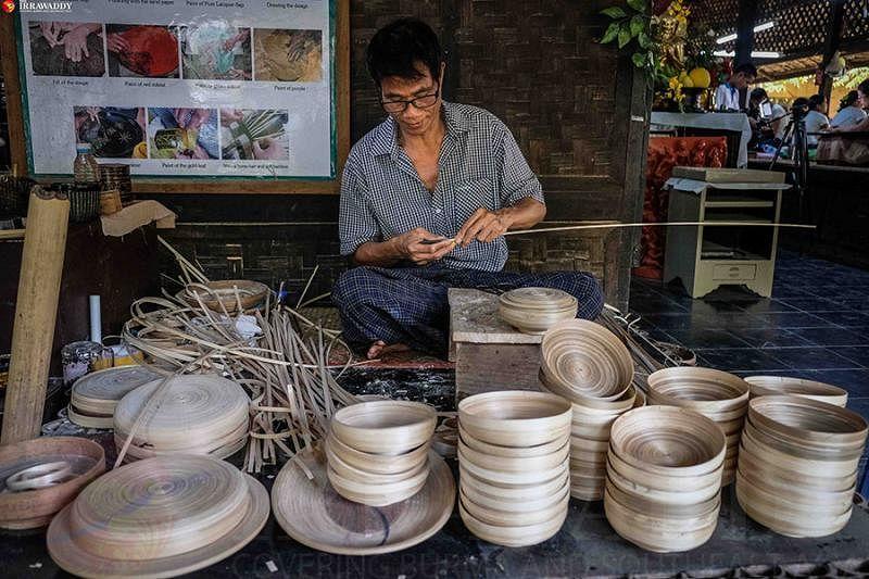 工匠削竹片,做成竹篾,编织成大小器皿。编结类胎体漆器是缅甸传统漆器的代表。(互联网)