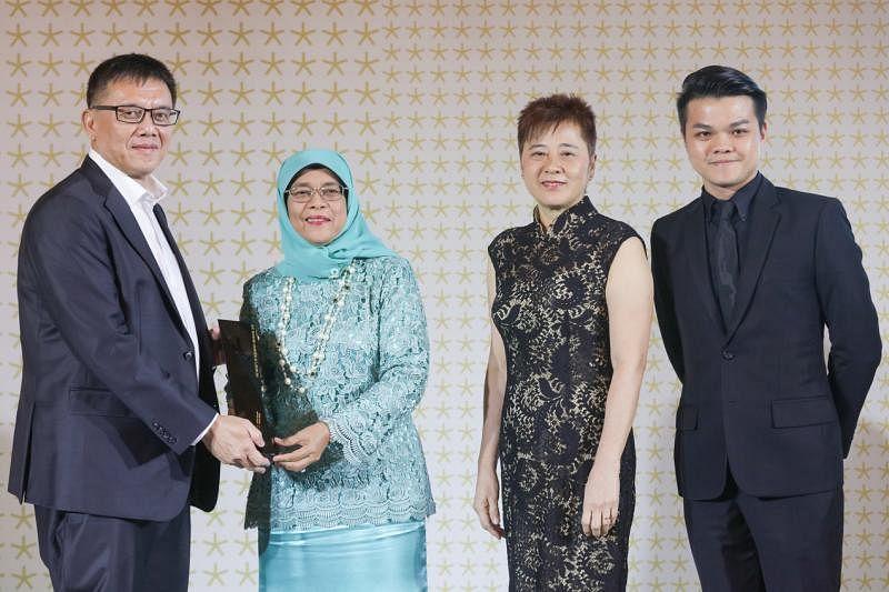 锐科建筑团队:骆文义(左起)、黄素香与蔡良评从哈莉玛总统(左二)手中接过2018年总统设计奖之年度设计奖。