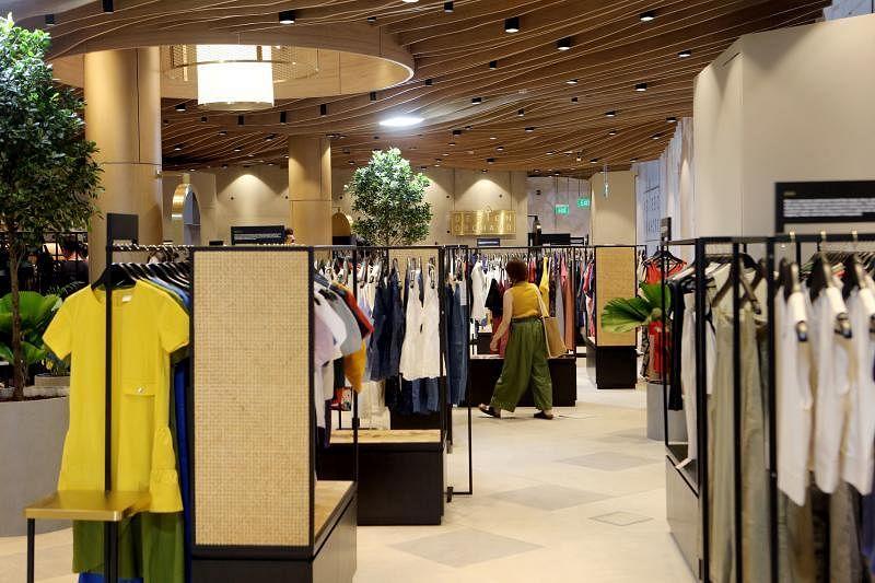 零售空间的陈列架是藤编面板,衬托店里的黄铜,带出新旧交替的主题。