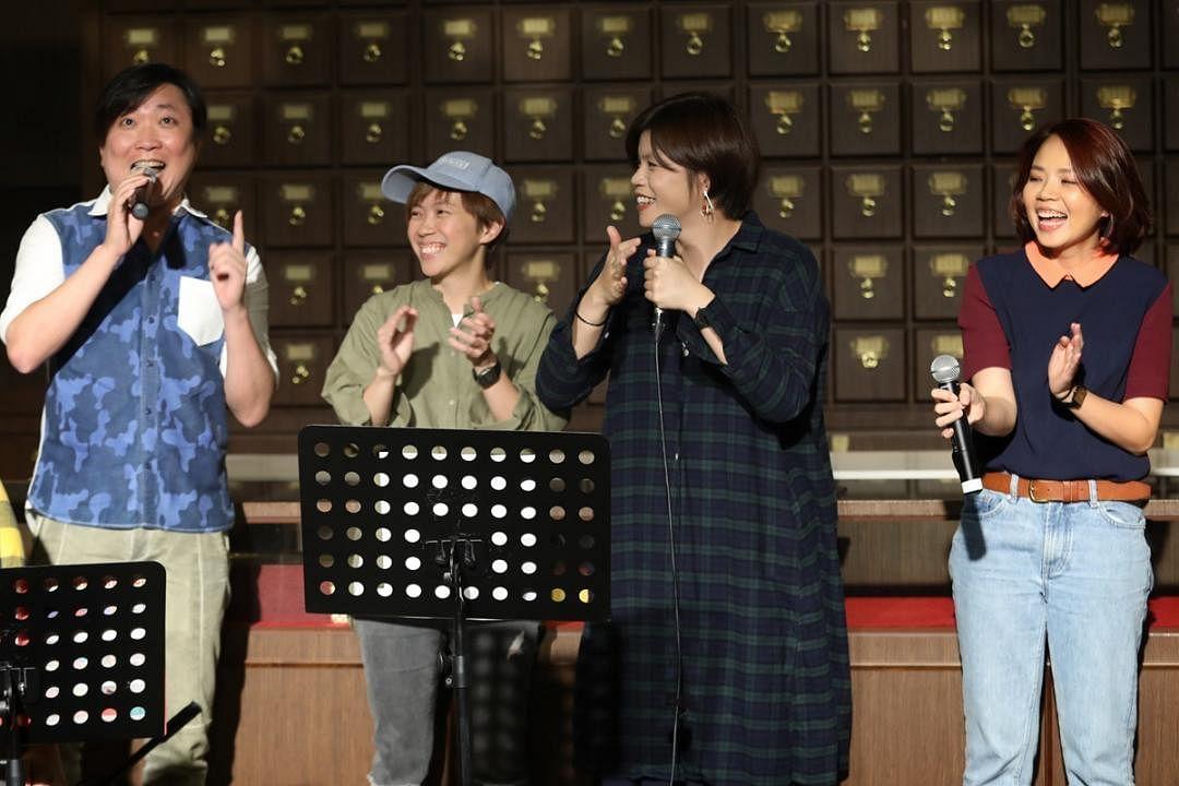 林倛玉(左一)赞陈迪雅(左二)、张祚恩(左三)和杨佳盈的《不值得》唱得很棒。(林泽锐摄)