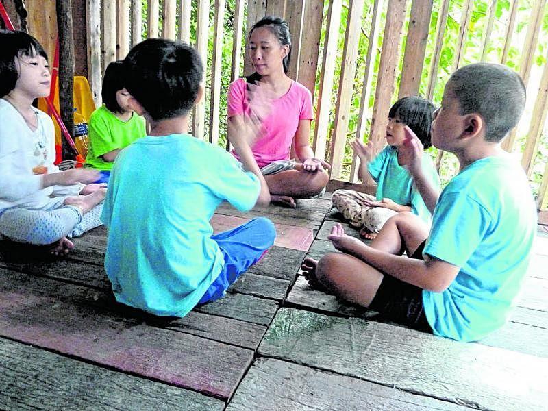 在幼儿乐园进行小组教学。