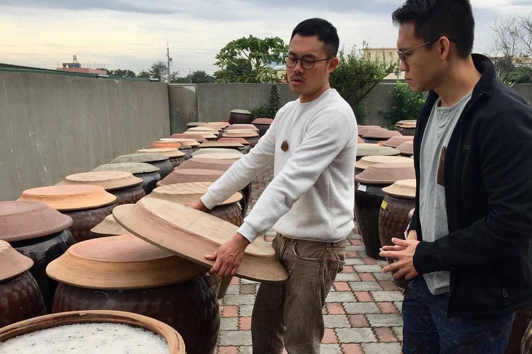 符向毅(右)亲自飞往台湾云林县西螺镇,了解酱油的制作过程。(受访者提供)