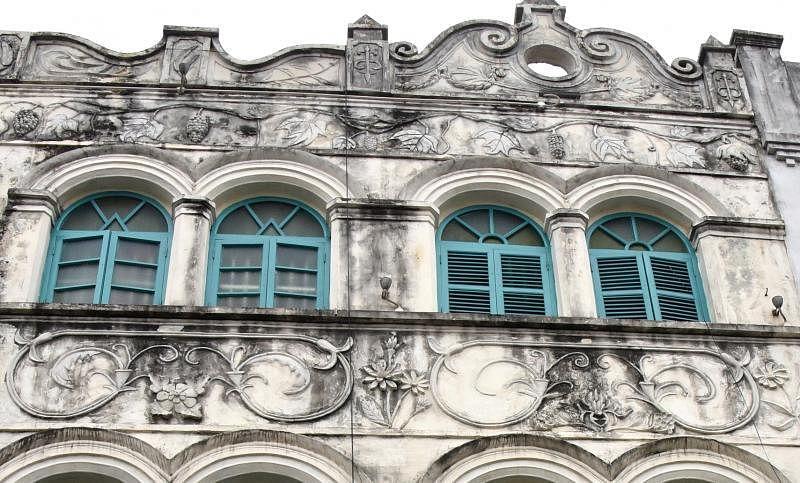 骑楼中段和上段的浮雕花饰布满岁月沧桑的痕迹。