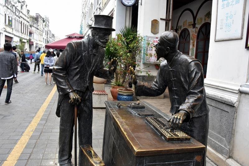 """老街上有不少塑像记录了海口的历史;""""商道""""反映外国商人与海口商人议价的情况。"""
