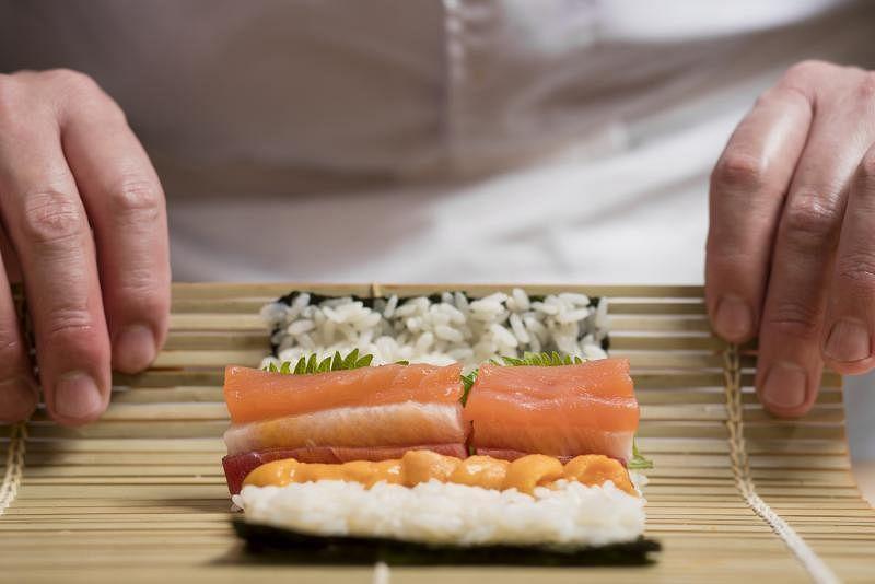 结合鲔鱼、马粪海胆、鰤魚及紫苏叶的Ayumu寿司卷。(受访者提供)