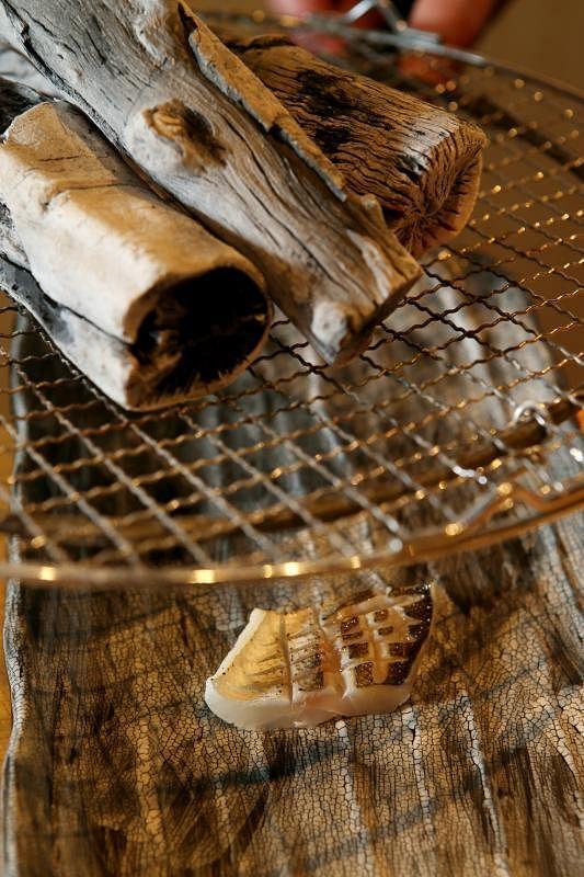 用日本备长炭在鱼肉表面微微熏制,烤后鱼肉散发出诱人香味。