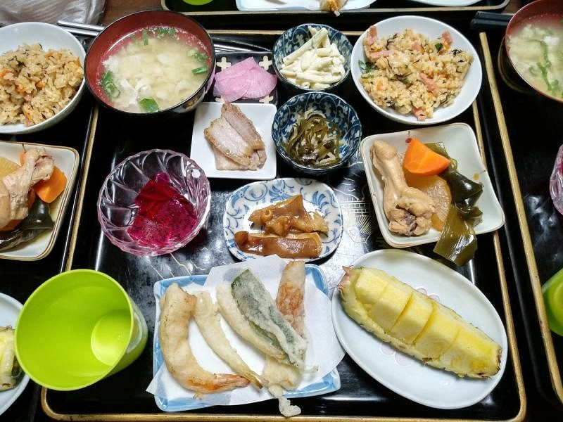 """独具一格的""""冲绳岛餐""""上桌了。"""