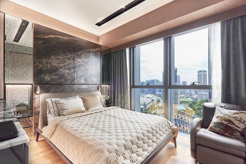 主卧室结合大理石、实木和镜子,将主人引入华丽的梦乡。窗外能看见新加坡中央市区经典的风景线。